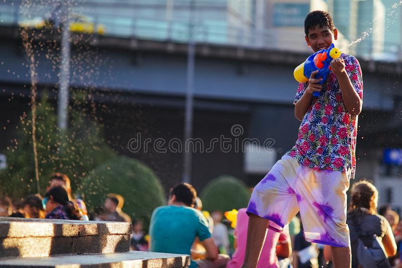 Acqua adolescente dei giochi durante il Songkran immagini stock libere da diritti