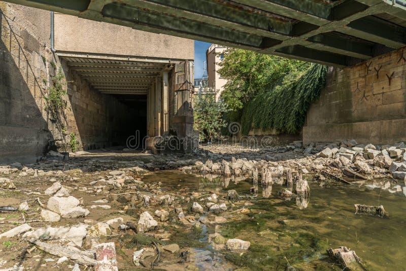Acqua bassa a Regensburg e canale idrico asciutto sul Danubio, Germania immagine stock