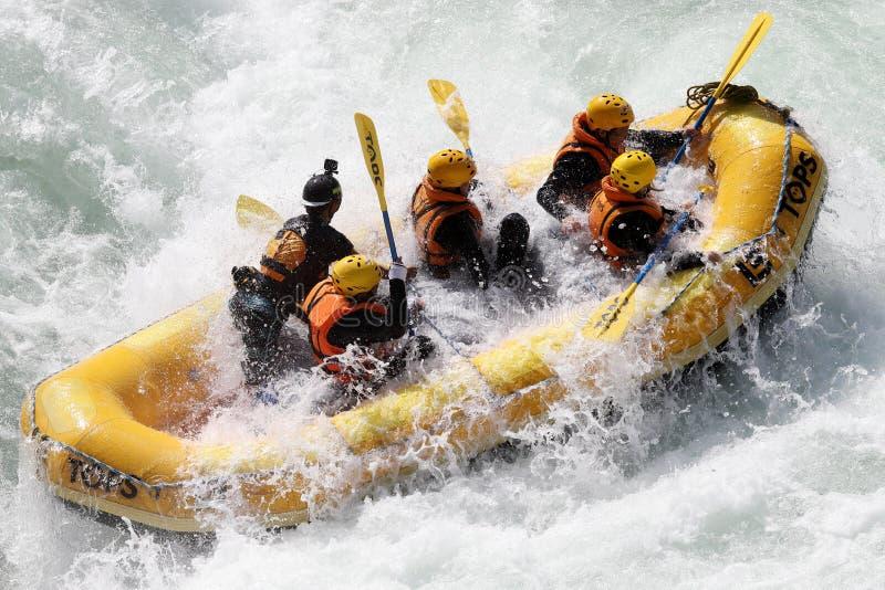 Acqua bianca che trasporta sui rapids del fiume immagine stock