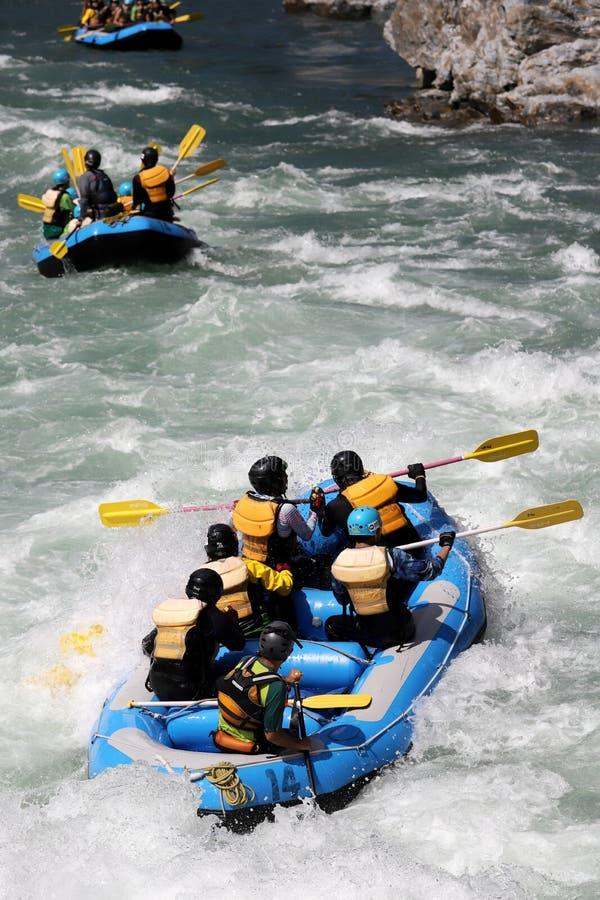 Acqua bianca che trasporta sui rapids del fiume immagine stock libera da diritti
