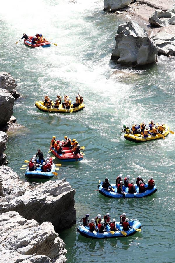 Acqua bianca che trasporta sui rapids del fiume fotografie stock libere da diritti