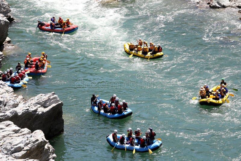 Acqua bianca che trasporta sui rapids del fiume fotografie stock