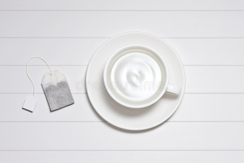 Acqua bianca della borsa della tazza di tè immagini stock