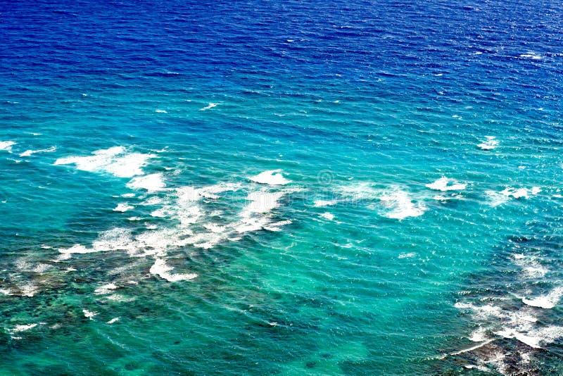 Acqua blu e chiara dell'oceano Pacifico, Honolulu, Hawai fotografia stock