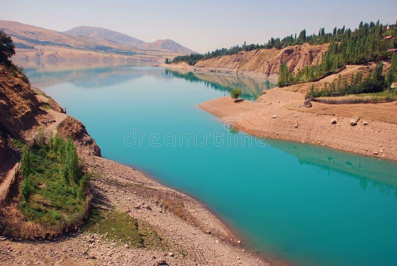Acqua blu nel serbatoio di acqua di Charvak fotografia stock libera da diritti