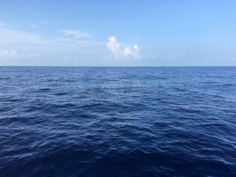 Acqua blu in oceano Pacifico fra Niihau e le isole di Kauai, Hawai fotografie stock libere da diritti