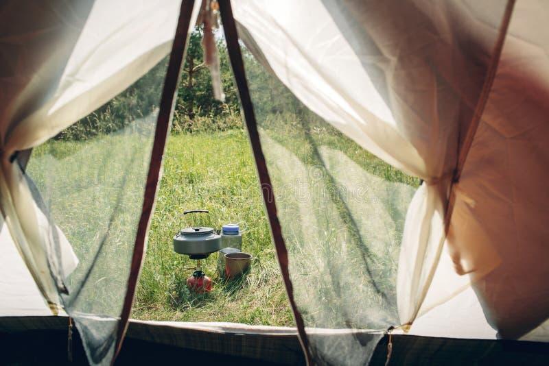 Download Acqua Bollente In Bollitore Sulla Stufa Di Campeggio Portatile Fotografia Stock - Immagine di bivouac, aperto: 55350342