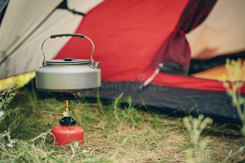 Download Acqua Bollente In Bollitore Sulla Stufa Di Campeggio Portatile Immagine Stock - Immagine di accampamento, alimento: 55350557