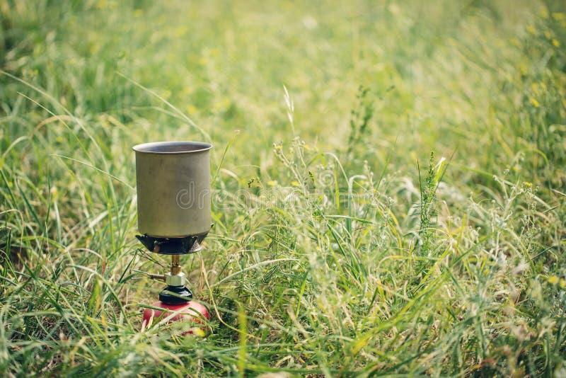 Download Acqua Bollente In Bollitore Sulla Stufa Di Campeggio Portatile Fotografia Stock - Immagine di erba, accampamento: 55350996