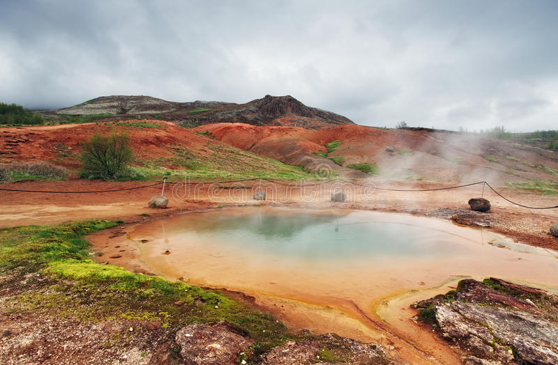Acqua calda geotermica al distretto del geysir in Islanda immagine stock libera da diritti
