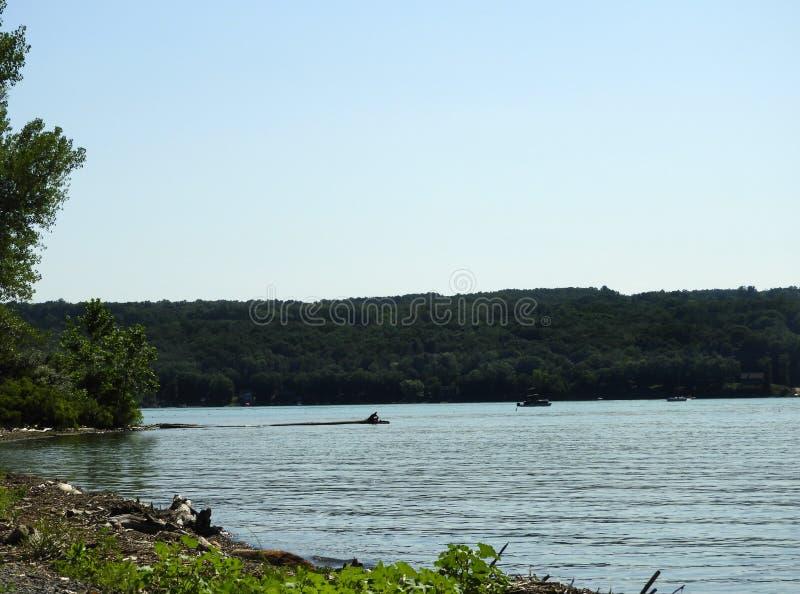 Acqua calma del lago di estate nel lago cayuga del punto del sale fotografie stock