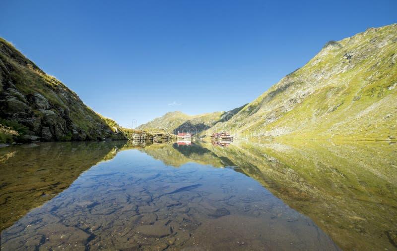 Acqua calma nel lago Balea, Romania fotografie stock libere da diritti