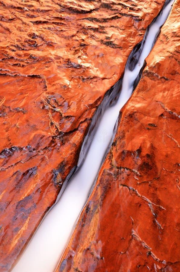 Acqua che attraversa crepa in Zion fotografia stock libera da diritti