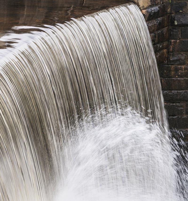 Acqua che cade due volte alla diga fotografie stock libere da diritti