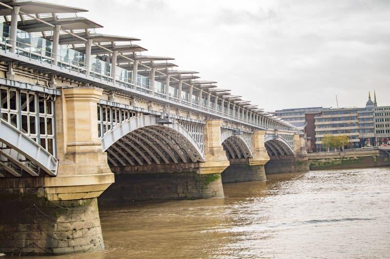 Acqua che entra sotto il fiume a Londra immagine stock libera da diritti