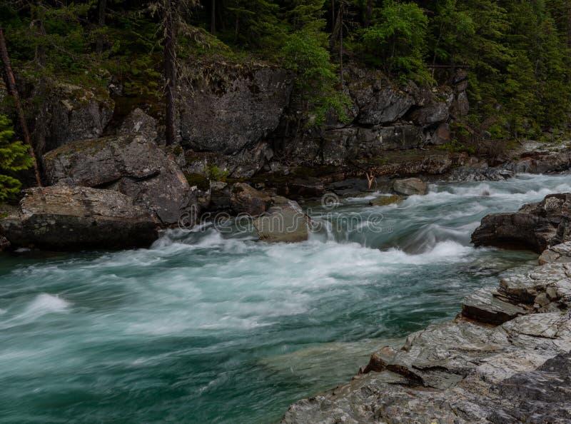 Acqua che precipita attraverso l'insenatura del mucchio di fieno fotografie stock libere da diritti