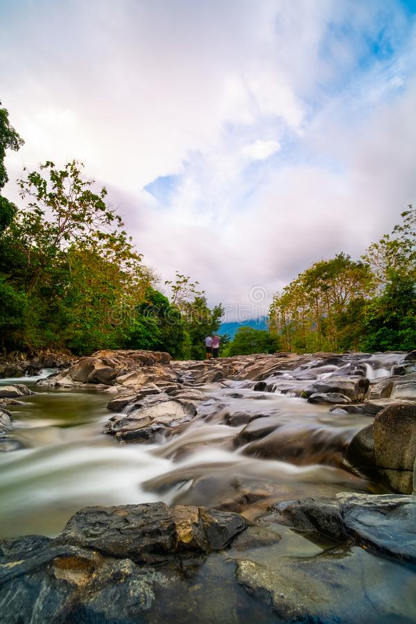 Acqua che precipita a cascata sulle rocce fotografia stock