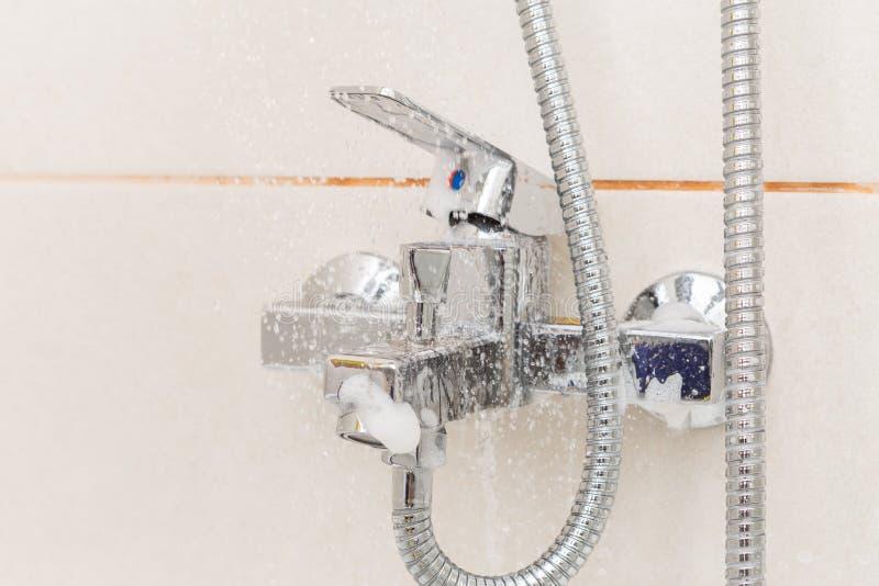 Acqua che risciacqua il primo piano del rubinetto fotografia stock libera da diritti