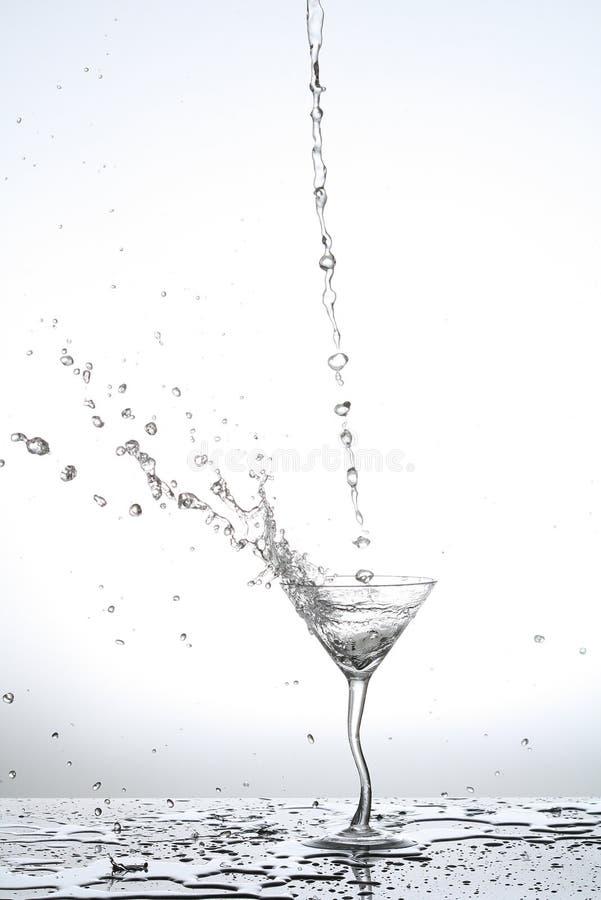 Acqua che spruzza dal vetro immagine stock libera da diritti