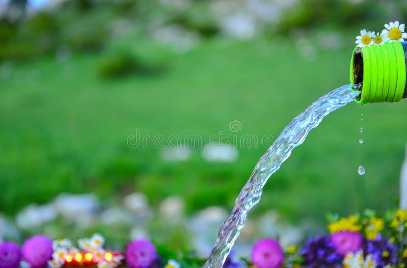 Acqua che viene da un becco fotografia stock libera da diritti