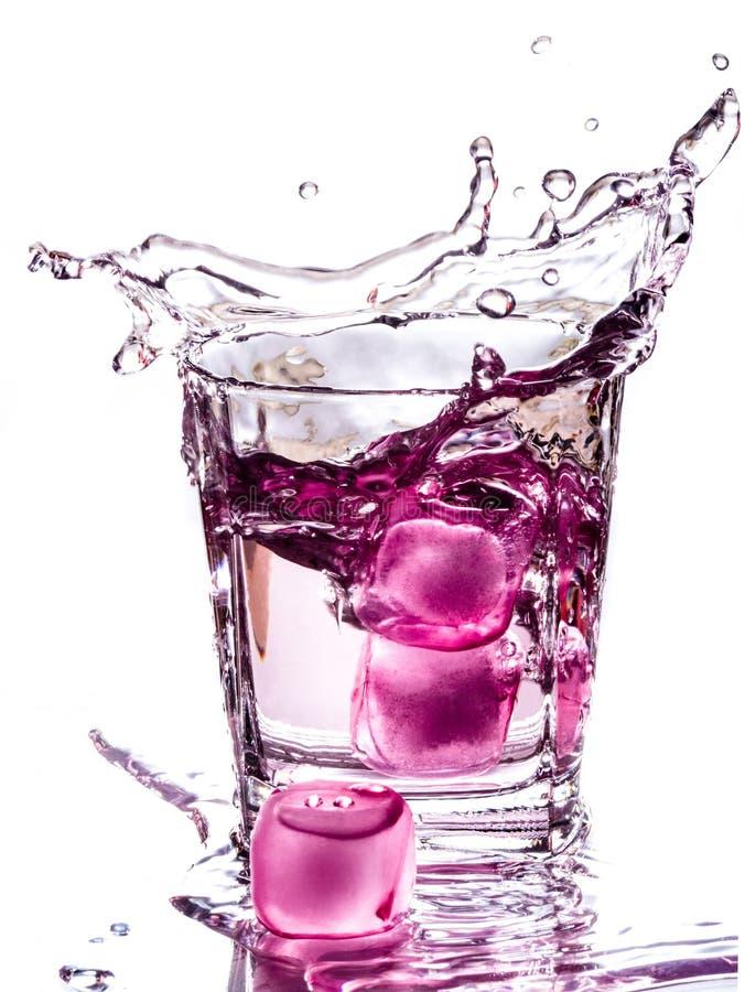 Acqua con i cubetti di ghiaccio rosa fotografia stock libera da diritti