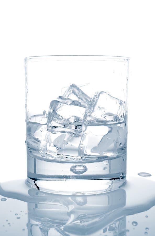 Acqua con i cubi di ghiaccio immagini stock libere da diritti