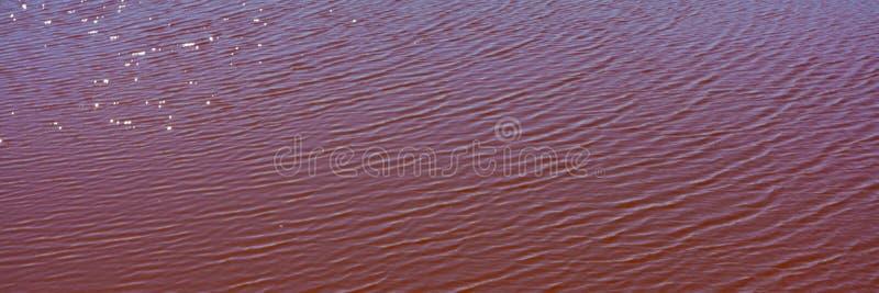 Acqua contaminata e suolo con gli ossidi di ferro nella zona industriale Problema ecologico fotografie stock libere da diritti