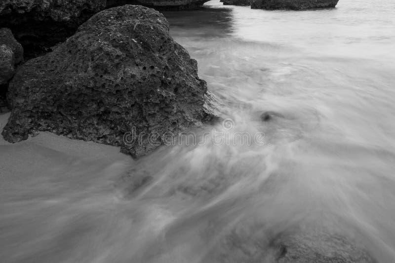 Acqua corrente sopra le rocce fotografie stock