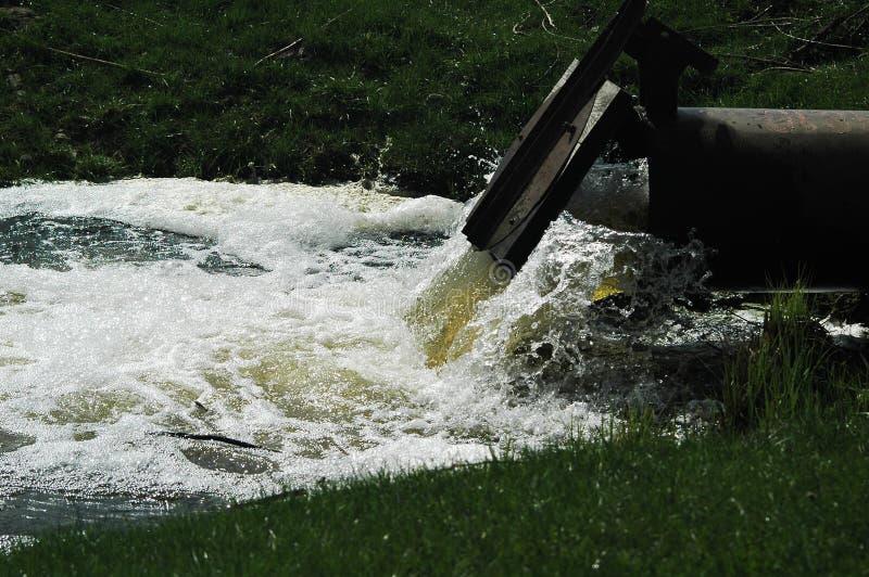 Acqua del fango dal tubo immagini stock libere da diritti