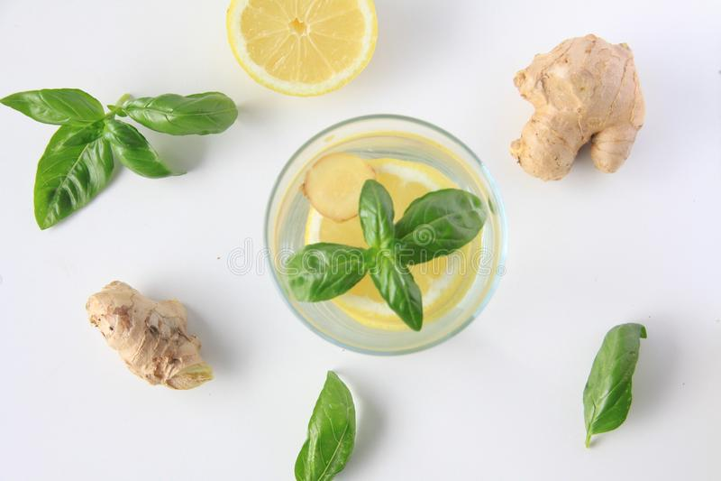 Acqua del limone, del basilico e dello zenzero infusa immagini stock libere da diritti
