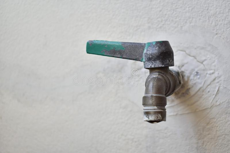 Acqua del rubinetto con il segno della crepa di riparazione fotografie stock libere da diritti