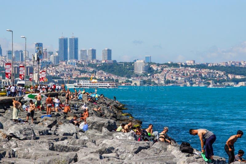 Acqua del turchese dello stretto di Bosphorus da Costantinopoli Gli uomini stanno pescando sul lungomare fotografia stock libera da diritti