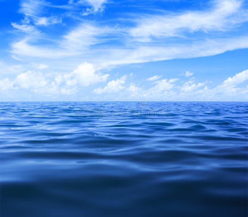 Acqua dell'oceano o del mare con cielo blu e le nuvole immagini stock