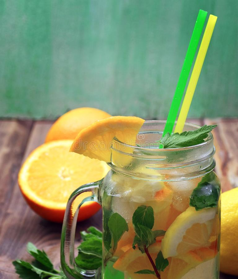 Acqua della disintossicazione con il limone e la menta Bevanda di estate in barattolo di vetro su fondo di legno rustico Dieta, c fotografie stock libere da diritti