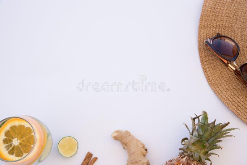 Acqua della disintossicazione con lo zenzero, l'ananas, la cannella e la calce per i giorni di estate caldi immagine stock