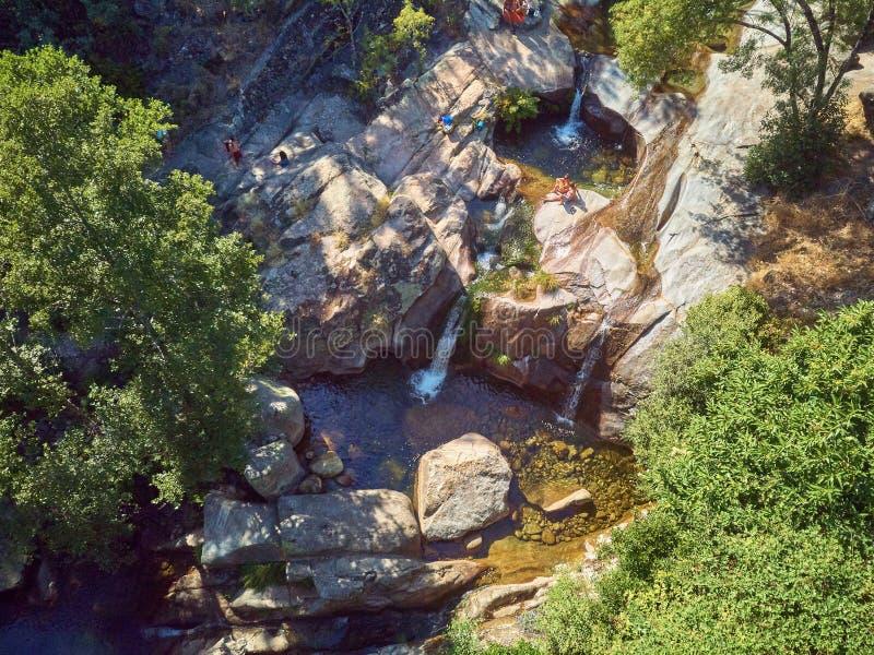 Acqua della La Olla di Garganta situato in Estremadura Spagna Le acque per milioni di anni, stanno scolpendo gli stagni naturali  fotografie stock libere da diritti