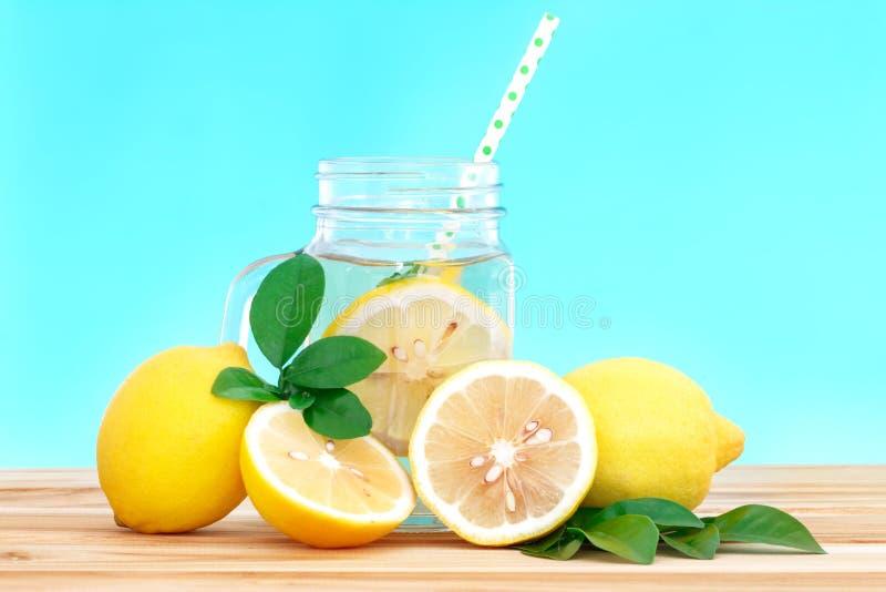 Acqua della limonata dell'agrume con il wat affettata, sana e della disintossicazione del limone immagine stock