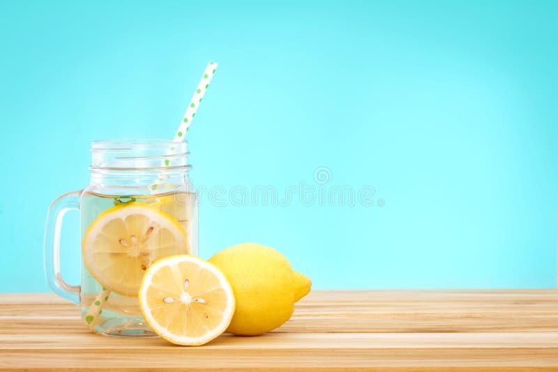 Acqua della limonata dell'agrume con il wat affettata, sana e della disintossicazione del limone fotografia stock