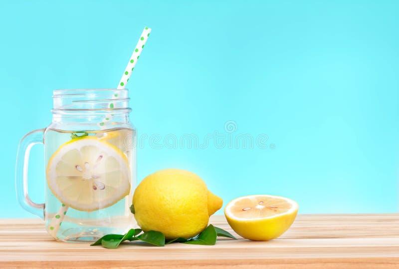 Acqua della limonata dell'agrume con il wat affettata, sana e della disintossicazione del limone immagine stock libera da diritti