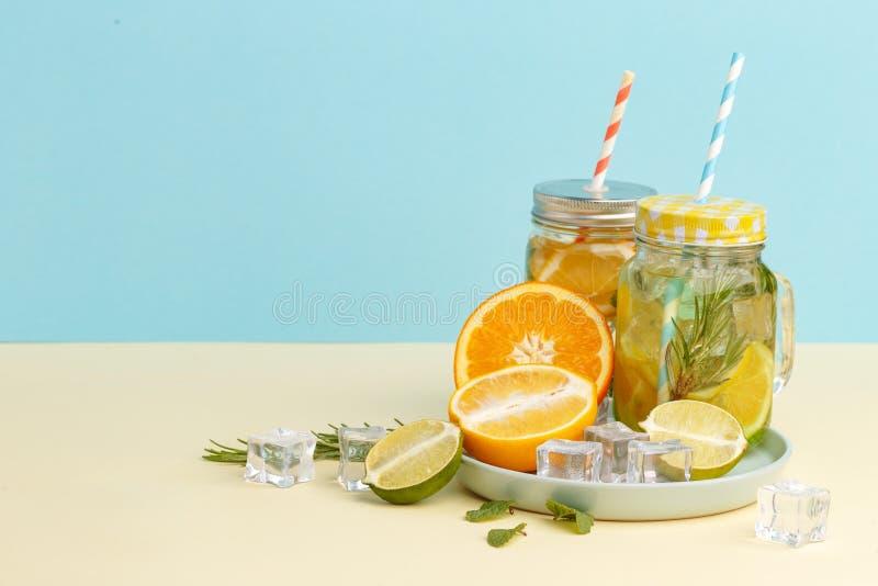 Acqua della limonata dell'agrume con la bevanda affettata, sana e della disintossicazione del limone dell'acqua di estate su fond immagine stock