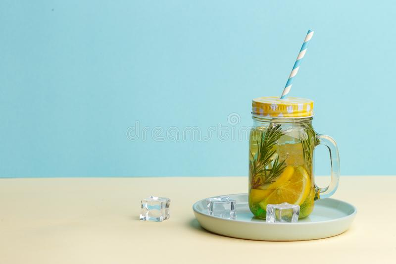 Acqua della limonata dell'agrume con la bevanda affettata, sana e della disintossicazione del limone dell'acqua di estate su fond immagini stock
