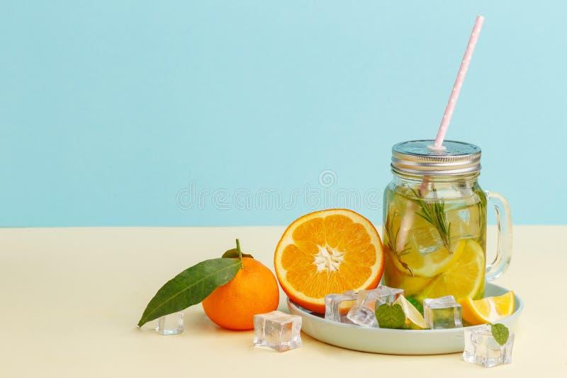 Acqua della limonata dell'agrume con la bevanda affettata, sana e della disintossicazione del limone dell'acqua di estate su fond immagine stock libera da diritti