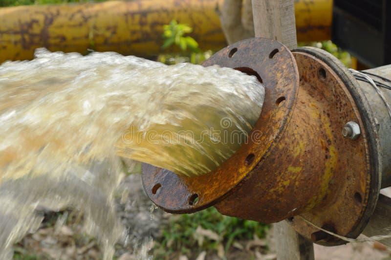 Acqua dello scolo di pompa dell'olio di nuovo al fiume per l'inondazione proteggente fotografia stock