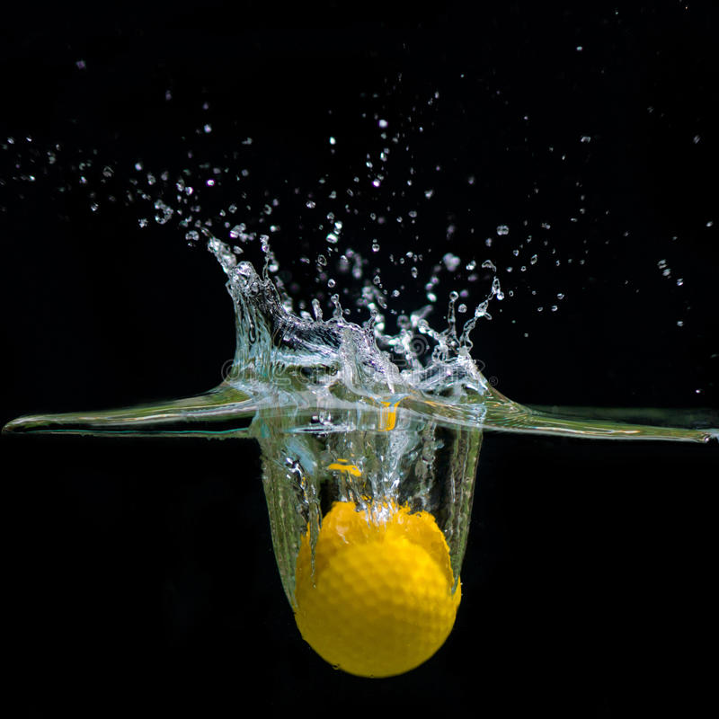 Acqua di caduta della palla da golf immagine stock