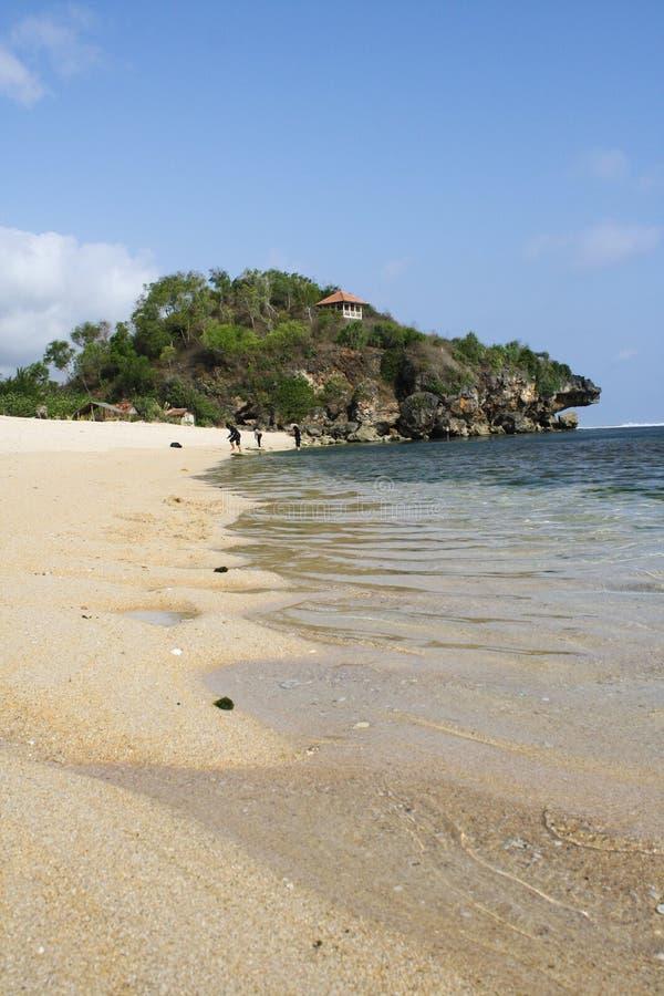 Acqua di cristallo di una spiaggia in mezzogiorno a Yogyakarta fotografia stock libera da diritti