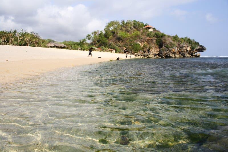 Acqua di cristallo di una spiaggia a Yogyakarta immagini stock