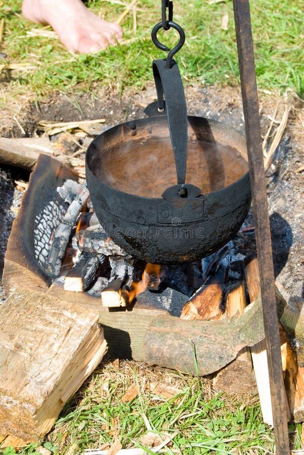 Acqua di ebollizione su fuoco fotografia stock libera da diritti