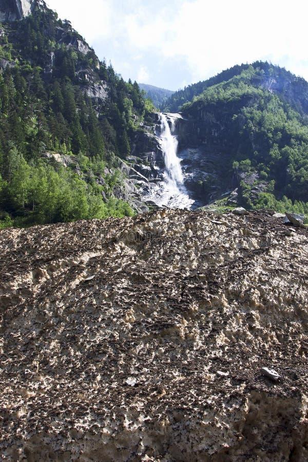 Acqua di fusione nelle alpi di Zillertaler, Austria fotografie stock