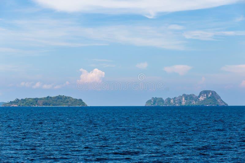 Acqua di mare blu con la schiuma del mare come fondo fotografia stock