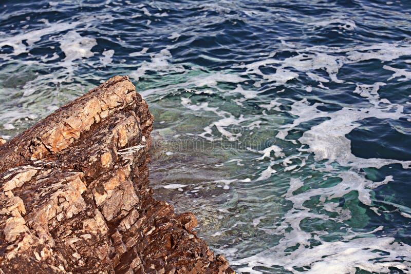 Acqua di mare blu spumosa immagini stock